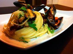 Le linguine cozze e funghi chiodini sono un delizioso primo piatto che unisce il sapore del mare con il sapore della terra, è un piatto veloce ed economico