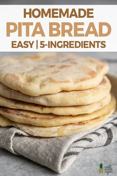 A step-by-step guide to making pita bread at home! This recipe is easy and requires just 5 simple ingredients. You won't ever want store-bought pita again! Bread Recipes, Vegan Recipes, Cooking Recipes, Vegan Pita Bread Recipe, Gluten Free Pita Bread, Vegan Meals, Homemade Pita Bread, Ma Baker, Sandwich Recipes