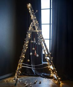 Ladder Christmas Tree is very fun and you can decorate it with your imagination. Although lots people love a traditional tree,they may also like Ladder Christmas Tree. Ladder Christmas Tree, Noel Christmas, Christmas Colors, Christmas And New Year, Christmas 2019, Christmas Lights, Decoration Ikea, Light Decorations, Christmas Decorations
