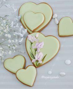 Nice idea for wedding cookies Summer Cookies, Fancy Cookies, Valentine Cookies, Iced Cookies, Royal Icing Cookies, Cupcake Cookies, Heart Cookies, Valentines, Easter Cupcakes