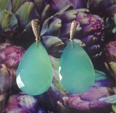 Par de brincos com quartzo verde, e brilhantes.