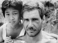 """fotos del rodaje de la saga Indiana Jones. Jonathan Ke Quan y Harrison Ford durante el rodaje the """"Indiana Jones y el Templo Maldito""""."""