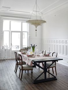 Apartment in Oslo, Norway. Grand, manorial 6-bed apartment in Oslo as central as you can get it, with big, spacey rooms. Near The Royal Castle and in the same street where Henrik Ibsen lived during his time in Oslo  A classic westside city apartment but in the very center o...