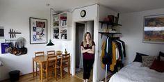 Med en lille bolig må hun grundigt overveje, hvilke møbler hun køber.