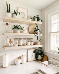 There is no question that designing a new kitchen layout for a large kitchen is much easier than for a small kitchen. A large kitchen provides a designer with adequate space to incorporate many convenient kitchen accessories such as wall ovens, raised. Interior Modern, Kitchen Interior, Apartment Kitchen, Simple Interior, Apartment Design, Interior Ideas, Interior Styling, Interior Decorating, Dish Drainers