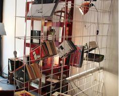 libreria realizzata con un foglio di rete elettrosaldata, piegato e verniciato