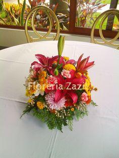 Centro de mesa en vivos colores, para cualquier tipo de evento. www.floreriazazil.com #floreriaencancun #floreriazazil