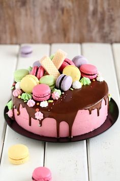 Macaronit ovat ihanan näköisiä pikkutarjottavia kahvipöydässä, mutta niistä saa myös taiottua pirteännäköisen kakun koristelun hetkessä. Meillä tämä värikäs kakku koristi pöytää, kun juhlimme tyttömme 8-vuotissynttäreitä sukulaisten kesken. Tytön toiveena oli värikäs, macaroneilla ja pienillä marengeilla koristeltu kakku, jossa olisi suklaata ja vadelmaa. Tällainen siitä sitten tuli 🙂 Kakussa on munaton kakkupohja. Testailin munattoman vaalean kakkupohjan … Sweet Cakes, Cute Cakes, Yummy Cakes, Cake Cookies, Cupcake Cakes, Tart, Just Eat It, Sweet Pastries, Valentines Food