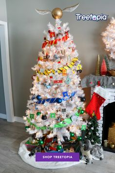 Calling out all Potterheads. 👀⚡ Show your love for the series and create your own Harry Potter-inspired Tree. 🎄 In photo: @karenkavett's Winter White Tree #Treetopia #HarryPotter #PotterHead #ChristmasTree #WhiteChristmasTree #DecoratingIdea #UniqueTrees #Christmas #FunIdeas #DIY #FunTrees #ColorfulTrees #ArtificialChristmasTree Harry Potter Christmas Decorations, Harry Potter Ornaments, Harry Potter Christmas Tree, Hogwarts Christmas, Christmas Tree Decorations, Holiday Decor, Harry Potter Diy, Natal Do Harry Potter, Harry Potter Spells