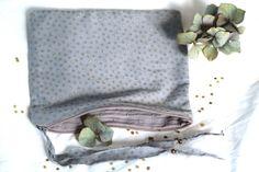 Trousse grise à pois d'or entièrement doublée de plumetis gris 100% coton - 2 petites perles coloris laiton - Environ 15*20