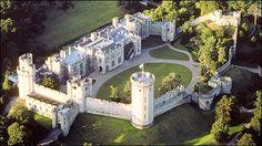 Castillo de Warwick  El castillo de Warwick es uno de los más destacados ejemplos de castillos medievales. Contando con más de 1000 años de historia, este castillo medieval fue fortificado en 1068 por Guillermo el conquistador.Este famoso castillo medieval es una de las principales atracciones de Reino Unido; ya que cuenta con una de las mejores fortificaciones. Durante siglos fue hogar de los más poderosos condes de Inglaterra.
