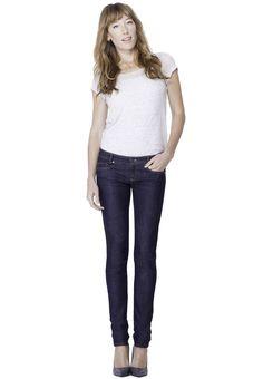 Der dunkelblaue Denim ist der Klassiker unter den Jeans und ein Muss in jedem Kleiderschrank. Wir beziehen diesen hochwertigen Denim von unserem Partner aus Norditalien, einem traditionsreichen Hersteller von Jeansstoffen. Diese wandelbare Jeans passt in den geschäftlichen Alltag im Büro genau so gut wie an ein Rockkonzert, Du kannst dieses perfekte Basic-Kleidungsstück nach Lust und Laune stylen. Diese Jeans wird für Dich individuell maßgeschneidert – wir garantieren Dir optimale Passform. Bespoke, Blue Jeans, Dame, Blues, Normcore, Pants, Clothes, Berlin, Fashion