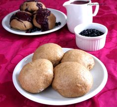 sojaturobie: Pampuchy orkiszowe z polewą jagodową