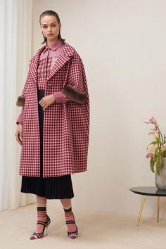 The complete Fendi Pre-Fall 2018 fashion show now on Vogue Runway. Autumn Fashion 2018, Fashion Week, Fashion Models, High Fashion, Womens Fashion, Fashion Trends, Trendy Fashion, Mantel Outfit, Fendi