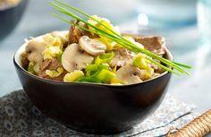 Maak de groenten schoon. Snijd de champignons in plakjes. Snijd de prei in ringen. Snipper de ui. Snijd het vlees in reepjes. Klop het ei los.  Roerbak het vlees in de hete olie.   Voeg de ui, prei en champignons toe en roerbak 1 minuut.  Doe er het ei bij en schep om tot het gestold is.