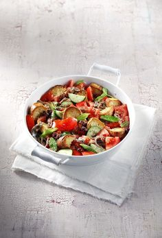 Panzanella Aki's recipe is a Tuscan popular summer salad made with tomatoes, cucumber, olives and more mixed with chunks of stale bread that gets soaked in the very tasty sauce! Bread Salad, Stale Bread, Healthy Eating Habits, How To Make Salad, Greek Recipes, Summer Salads, Vegetable Pizza, Salad Recipes, Tasty