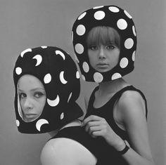celia-hammond-and-patty-boyd-in-edward-mann-dot-and-moon-helmets-1965-photo-john-french