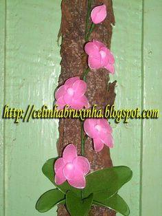 orquidea em meia de seda na casca de arvore