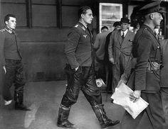 """1940, UK, Londres, équipage POW d'un bombardier Allemand abattu, photographiés dans le métro. Au fond un """"Unteroffizier"""" et devant un """"Oberleutnant"""""""