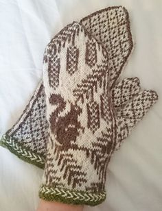 Ravelry: Ekorrvantar /squirrel mittens pattern by Anita Viksten Loom Knitting Patterns, Knitting Stitches, Knitting Yarn, Knitting Projects, Hand Knitting, Knitting Tutorials, Hat Patterns, Knitting Ideas, Stitch Patterns