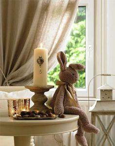 Datas comemorativas! Inspiração para levar o coelho da Páscoa para a decoração. Busque combiná-lo com outros elementos simbólicos, como a vela. Fica elegante e traz significado para o ambiente. #pascoa #inspiracao #marcheobjetos