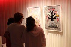 Mariano Matutes y compañía viendo la obra del artista Ukka Hyytiäinen que presento en Visiónica. EL HOTEL pacha, Ibiza