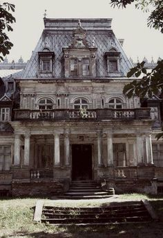 Wow ! I want to see the inside of this house ! Abandoned Buildings, Old Abandoned Houses, Abandoned Castles, Abandoned Places, Old Houses, Architecture Old, Beautiful Architecture, Beautiful Buildings, Beautiful Places