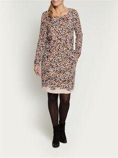 Val op in deze jurk van Sandwich met verenprint in multi kleuren. Een perfecte jurk voor een feestje, diner of een avondje uit. <ul> <li> Ronde hals </li> <li> Lange mouwen </li> <li> Twee steekzakken </li> <li> Gemaakt van viscose </li> <li> Knielengte </li> </ul>