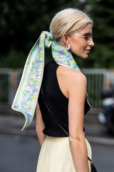 Elegant and effortless, scarves were spotted in the hair of girls en vogue outside the Fashion Week runways, twisted, knotted or flowing free. It is without doubt the accessory to adopt this spring - here are the photos to prove it. Ways To Wear A Scarf, How To Wear Scarves, Vogue Paris, Scarf Knots, Seventies Fashion, Summer Scarves, Summer Beauty, Street Style, Facon