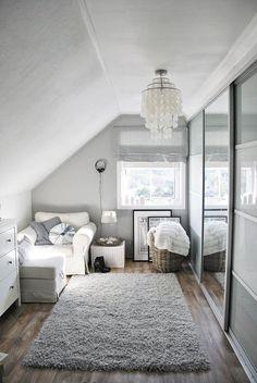 elegantes Ankleidezimmer in weißer Farbe