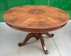Tavolo rotondo in noce intarsiato in acero piemontese anni '30