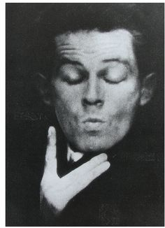 Egon Schiele (12. června 1890, Tulln, Rakousko-Uhersko - 31. října 1918, Vídeň, Rakousko-Uhersko) byl rakouský malíř a kreslíř; žák Gustava Klimta. Poté, co opustil vídeňskou secesi, si vytvořil vlastní působivý styl, jenž svou náladou zapadá do evropského expresionismu. Je autorem provokativních aktů v pohnutých pozicích, portrétů měst a vlastních podobizen. Často pobýval a tvořil v Českém Krumlově, ze kterého pocházela jeho matka.