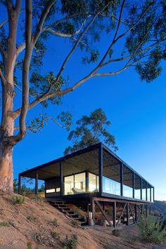 Ограждение террасы выполнено из стекла дабы не создавать барьера между интерьером и окружающим пейзажем. .