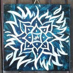 Il vuoto lascia lo spazio per crescere, sentire, amare, essere.  Il blu scuro ci porta nel terzo occhio, Ajna, che è il vedere ciò che non può essere visto, percepire oltre la materia, lo spirito e l'energia. Aiuta l'espansione.  Il fiore di loto è simbolo di risveglio spirituale, e qui si mescola con la Fiamma Violetta che brucia per rinnovare.  L'OM è il suono dell'universo. Il quadrato è la solida base, le radici e rende possibile la crescita.