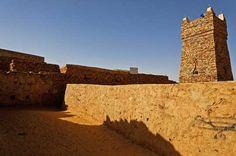 Située en Afrique du nord, entre le Maroc, l'Algérie, le Mali et le Sénégal, la Mauritanie est le résultat étonnant de la rencontre du Maghreb et de l'Afrique noire, au c½ur du Sahara. François-Xavier Prévot, photographe-marcheur, l'a sillonnée de long en large. mosquee de Chinguitti