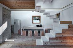 Per questa casa sulle Alpi Orobie, Alfredo Vanotti - EV+A Lab Atelier d'architettura & Interior Design ha creato grandi finestre che portano luce naturale massimizzando le viste sul panorama.