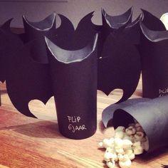 Gezonde batman traktatie met popcorn erin. Je kunt het met een wc rolletje doen of met zwart karton. Onderin heb ik een papieren bekertje gestopt, zodat de onderkant dicht is. Kids Birthday Treats, Boy Birthday, Batman Party, Superhero Party, Party Treats, Party Snacks, Diy For Kids, Crafts For Kids, First Birthday Pictures