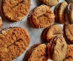 2 ¾ kop koekmeel 125 ml strooisuiker 250 ml muscovado suiker of bruinsuiker 250 ml fyn klapper 1 tl bakpoeier 1 tl koek… Baking Recipes, Cookie Recipes, Dessert Recipes, Desserts, Biscuit Cookies, Biscuit Recipe, Spice Cookies, Cookie Cups, Cake Cookies