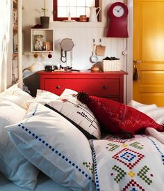 porte jaune et lit de chambre à coucher en couleurs