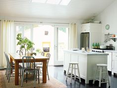 That's why you need these pictures of kitchen design inspiration to build a dream kitchen in your house. With these pictures of kitchen design inspiration you will get a lot of ideas to design your dream home kitchen. Small House Renovation, Cottage Renovation, Mini Loft, Beautiful Kitchen Designs, Beautiful Kitchens, Cottage Kitchens, Home Kitchens, Bungalow Kitchen, Cottage Farmhouse