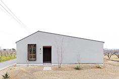 中庭のある白いナチュラルな平屋 – チェックハウスプラス CHECKHOUSE+|三重・四日市 注文住宅 Exterior Design, Interior And Exterior, Cafe Design, House Design, My Building, Facade House, Home Studio, My Dream Home, Home Remodeling