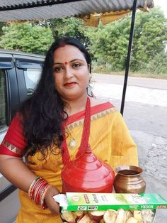 Indian Natural Beauty, Aunty In Saree, Beautiful Girl Body, Yellow Saree, Chubby Ladies, Voluptuous Women, India Beauty, Woman Face, Plus Size Women