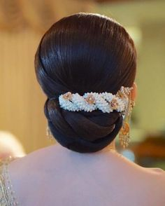 wedding hairstyles for women over 50 Indian Bun Hairstyles, Saree Hairstyles, Bride Hairstyles, Hairstyles Haircuts, Trendy Hairstyles, Bridal Hair Buns, Bridal Hairdo, Traditional Hairstyle, Floral Hair