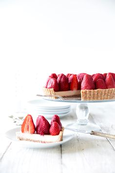 The best raw strawberry tart recipe with white chocolate custard cream. Completely dairy, gluten, egg & refined sugar free, so delicious you would never know. Raw Dessert Recipes, Raw Desserts, Tart Recipes, Raw Food Recipes, Sweet Recipes, Delicious Desserts, Health Desserts, Strawberry Tart, Fruit Tart