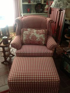 Red and white gingham chair and ottoman. Primitive Furniture, Country Furniture, Country Decor, Farmhouse Decor, Farmhouse Ideas, Country Style, Red Cottage, Cottage Style, Deco Champetre