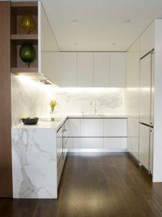 kompakte kleinküche-weiß marmor-arbeitsplatte beleuchtung-eingebaut
