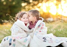 blanket, famili, photo props, family photos, sister pictures, sibling poses, family photo shoots, sibling pictures, family portrait photography