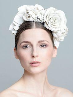 Blumenkranz mal anders: Die Blüten des Braut-Haarschmucks von Jeonga Choi sind aus weißem Leder geformt. Haben wollen!…