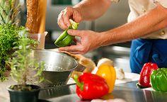 (Zentrum der Gesundheit) - Werden Sie aktiv und nehmen Sie Ihre Gesundheit selbst in die Hand. Ergreifen Sie jetzt die Initiative und verändern Sie Ihre Ernährungsweise. Wir stellen Ihnen einige Lebensmittel vor, die erwiesenermassen eine präventive Wirkung in Bezug auf Krebserkrankungen haben und daher regelmässig verzehrt werden sollten. In diesem Kontext lernen Sie auch jene kennen, die unbedingt zu meiden sind.