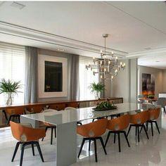 Mesa branca + cadeiras de couro + lustre moderno. Roberto Migotto #assimeugosto #interiores